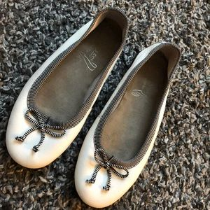 Aerosoles stitch & turn white ballet flats. EUC!